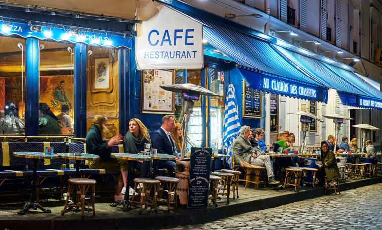 Cafés et restaurants à Montmartre en 2018 avant la pandémie - Photo Pedro Szekely - Creative Commons.